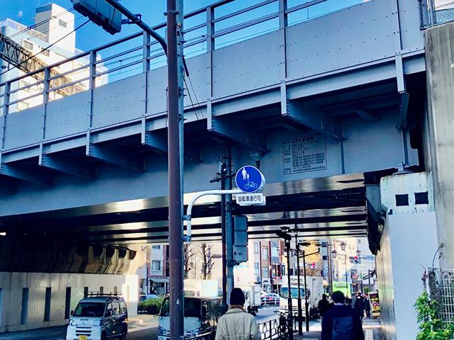 ③JR山手線の高架の下をくぐり駒沢通りを直進(恵比寿プライムスクエア方面)