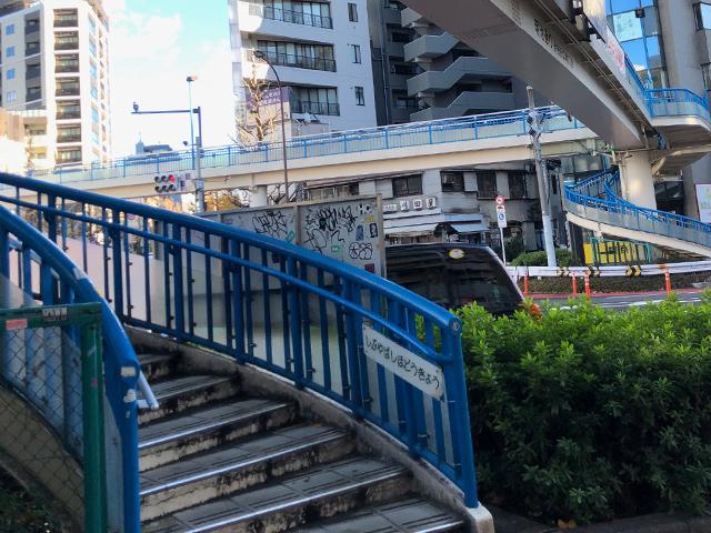 ⑥渋谷橋交差点の歩道橋を渡ります