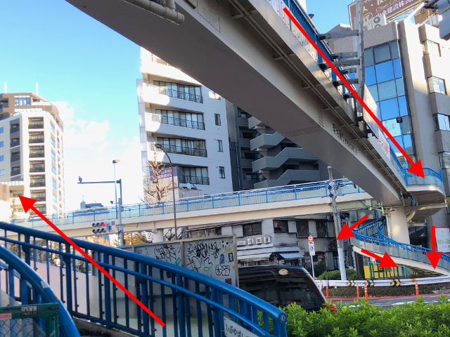 ⑦歩道橋を渡り、反対側へ降ります