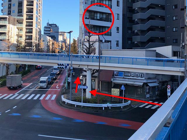 ⑧歩道橋を降りたら矢印の方向へ(恵比寿プライムスクエア方面)